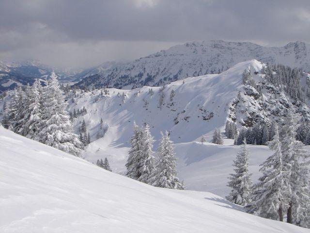 Foto: Manfred Karl / Ski Tour / Jochschrofen (Ornach), 1625 m / Blick vom Spieser zum Jochschrofen, links im Hintergrund das Tannheimer Tal. / 20.03.2008 19:20:01