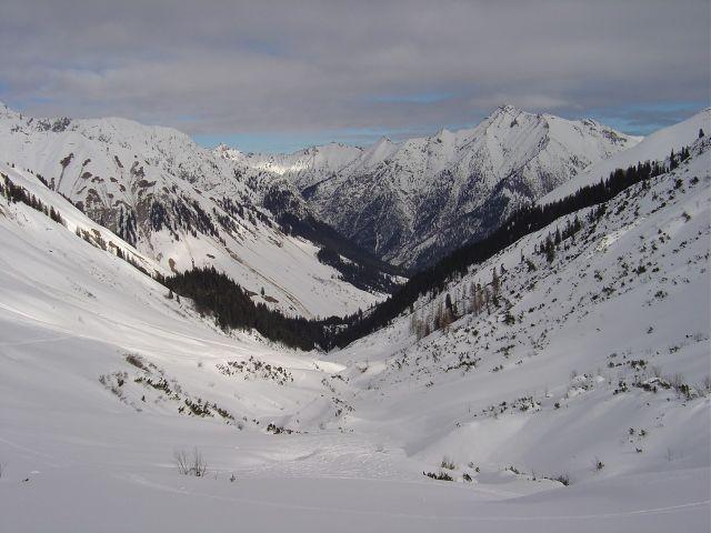 Foto: Manfred Karl / Ski Tour / Namloser Wetterspitze, 2553 m / Blick zurück auf die schon beträchtliche Wegstrecke. / 28.03.2008 23:35:17