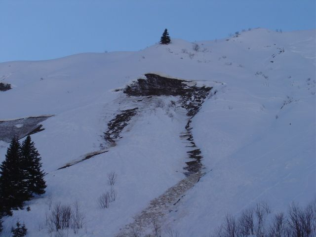 Foto: Manfred Karl / Ski Tour / Namloser Wetterspitze, 2553 m / Die steilen Grashänge bilden ideale Gleitflächen für Lawinen. / 28.03.2008 23:22:02