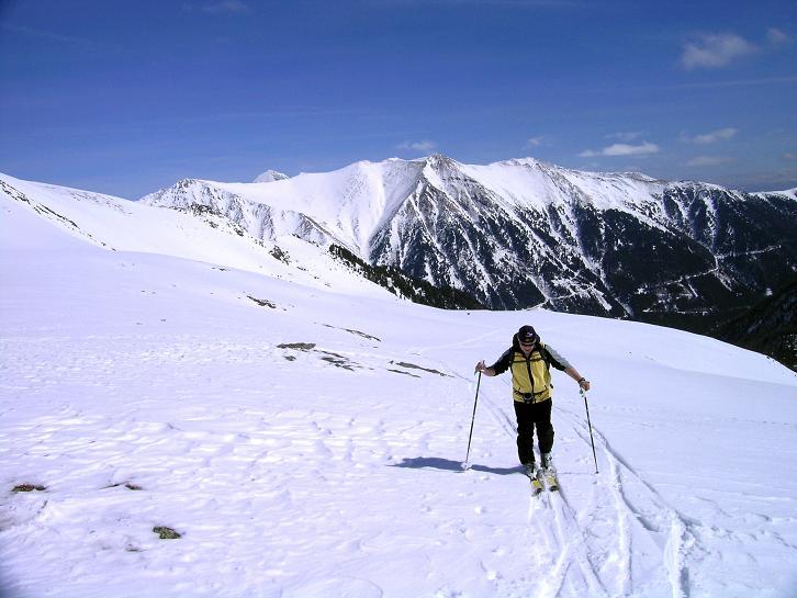 Foto: Andreas Koller / Ski Tour / Über die Zwieflerseen auf den Zinken (2191m) / Im O leuchten die Wölzer Teuern in der Sonne / 31.03.2008 18:48:26
