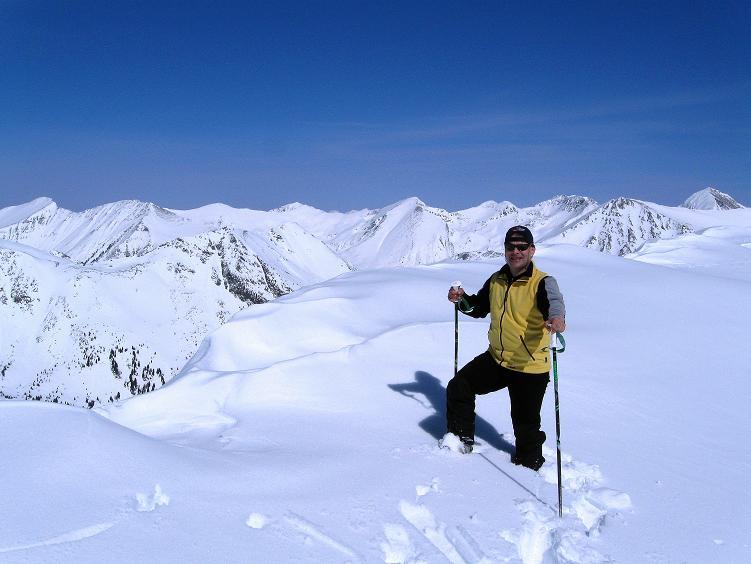 Foto: Andreas Koller / Ski Tour / Über die Zwieflerseen auf den Zinken (2191m) / Am tief verscheiten Gipfel mit Blick nach NO in die Wölzer Tauern / 31.03.2008 18:38:46