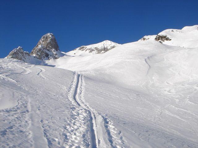 Foto: Manfred Karl / Ski Tour / Hochkarfelderkopf, 2219 m / Blick über die weiten Karmulden zum Gipfel / 04.04.2008 22:51:42