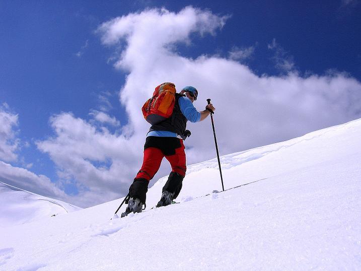 Foto: Andreas Koller / Ski Tour / Vom Bundschuh auf die Schwarzwand (2214 m) / Aufstieg über die Wechte zum Kamm / 06.04.2008 23:46:09