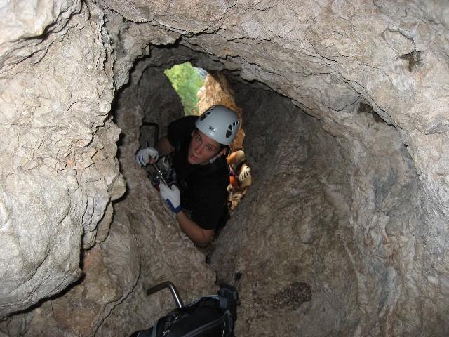 Foto: AbsolutAlpin.at / Klettersteig Tour / Wildenauersteig / Im Schacht - hier sollte der Rucksach bereits nachgezogen werden. / 09.04.2008 13:23:23