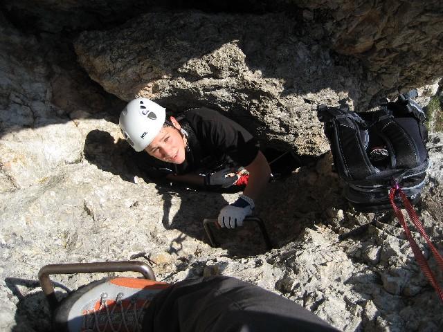Foto: AbsolutAlpin.at / Klettersteig Tour / Wildenauersteig / Klemmblock am Ende des Schachtes - Ganz schön eng!!! / 09.04.2008 13:22:15