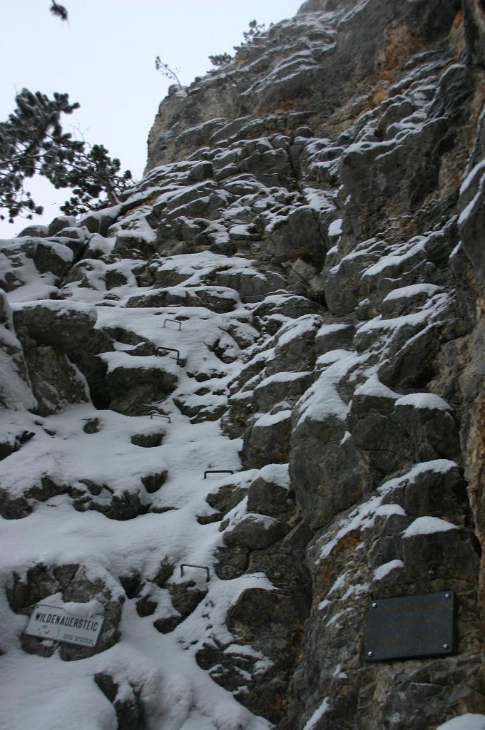 Foto: AbsolutAlpin.at / Klettersteig Tour / Wildenauersteig / Einstieg. Im Winter ist der Steig eine sehr ernste Herausforderung! / 09.04.2008 13:13:57
