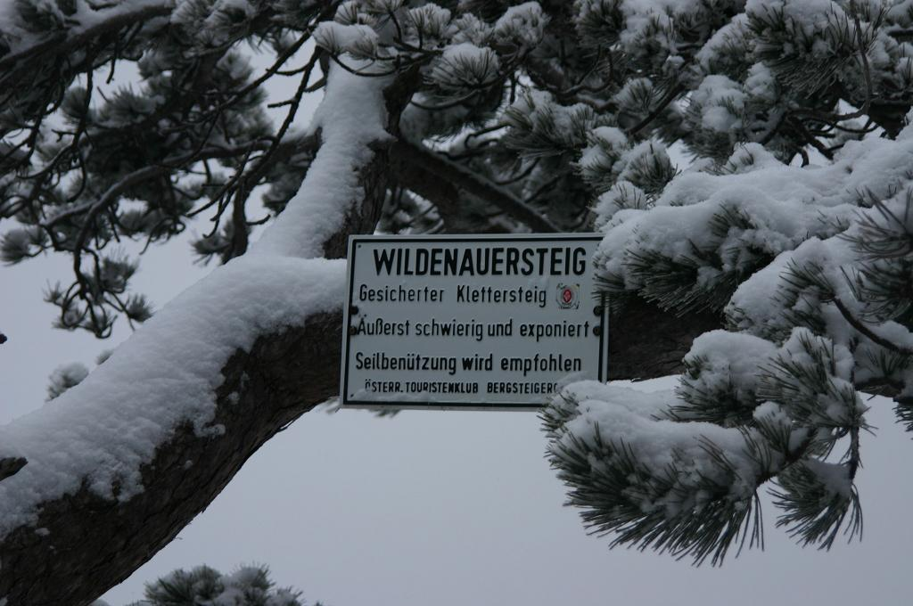 Foto: AbsolutAlpin.at / Klettersteig Tour / Wildenauersteig / Das Schild bekommt im Winter eine ganz neue Bedeutung / 09.04.2008 13:11:41