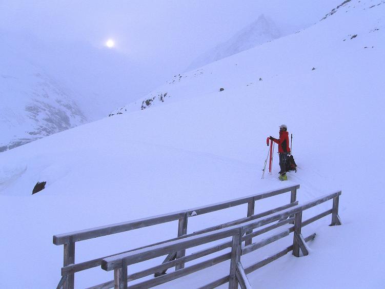 Foto: Andreas Koller / Ski Tour / Hintere Schwärze (3628m) - Topziel der Martin Busch Hütte / Überquerung des Baches über die Holzbrücke / 15.04.2008 19:22:15