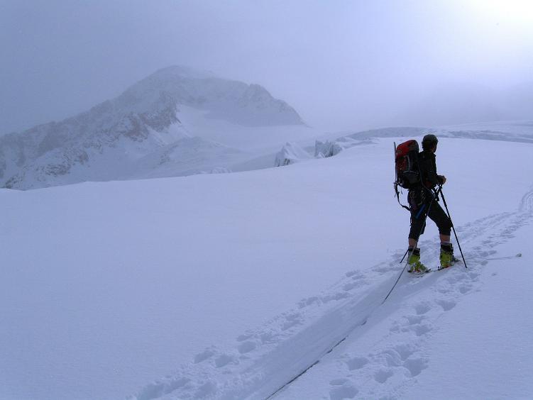 Foto: Andreas Koller / Ski Tour / Hintere Schwärze (3628m) - Topziel der Martin Busch Hütte / Langsam lichtet sich der Nebel und gibt die Mutmalspitze frei (3522 m) / 15.04.2008 19:21:44