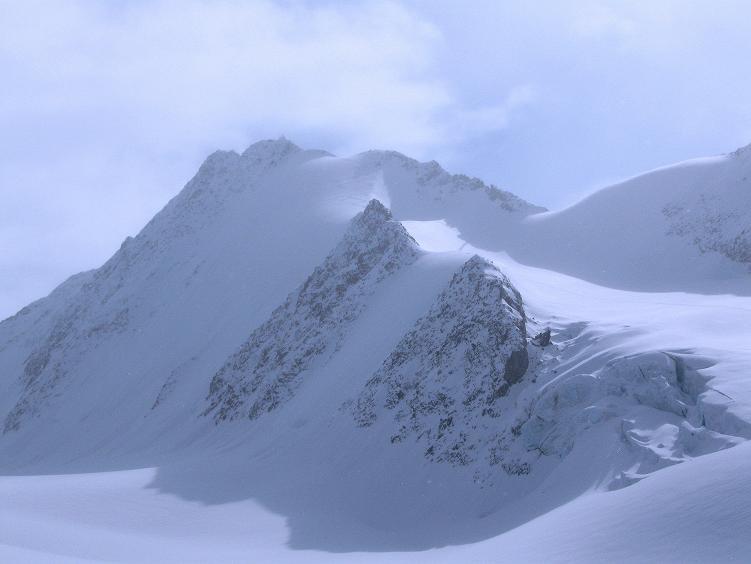 Foto: Andreas Koller / Ski Tour / Hintere Schwärze (3628m) - Topziel der Martin Busch Hütte / Die Hintere Schwärze taucht aus dem Nebel auf / 15.04.2008 19:19:50