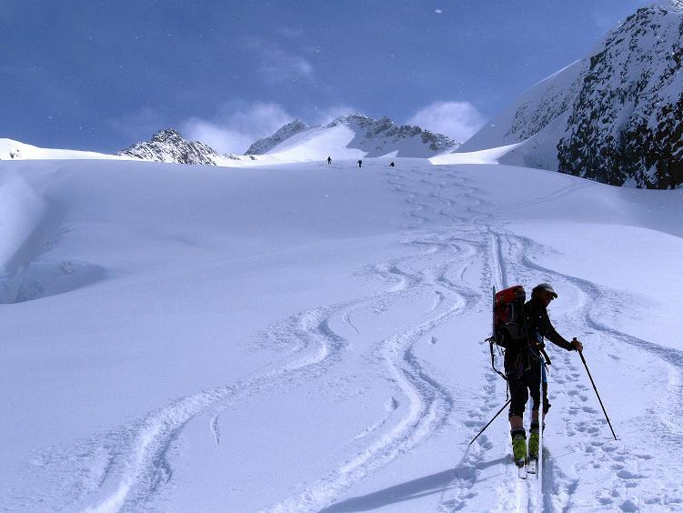 Foto: Andreas Koller / Ski Tour / Hintere Schwärze (3628m) - Topziel der Martin Busch Hütte / Das lange Gletscherpult zur Hinteren Schwärze / 15.04.2008 19:17:29