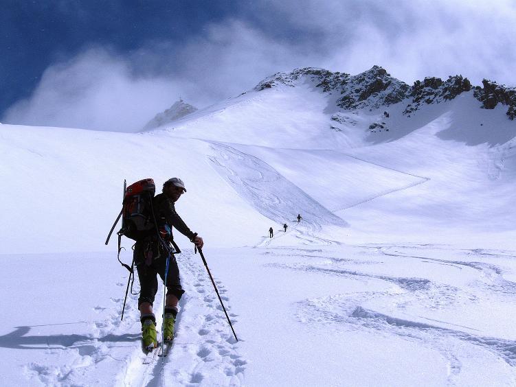 Foto: Andreas Koller / Ski Tour / Hintere Schwärze (3628m) - Topziel der Martin Busch Hütte / Der Hinteren Schwärze entgegen am Marzellferner / 15.04.2008 19:16:40