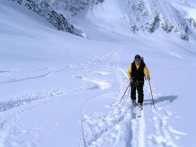 Foto: Andreas Koller / Ski Tour / Hintere Schwärze (3628m) - Topziel der Martin Busch Hütte / Aufstieg aus dem Gletscherbecken in die Sonne / 15.04.2008 19:16:13