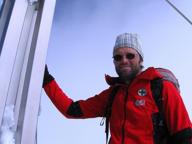 Foto: Andreas Koller / Ski Tour / Hintere Schwärze (3628m) - Topziel der Martin Busch Hütte / Beim Gipfelkreuz / 15.04.2008 19:12:03