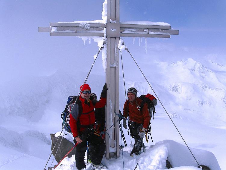 Foto: Andreas Koller / Ski Tour / Hintere Schwärze (3628m) - Topziel der Martin Busch Hütte / Gipfelkreuz der Hinteren Schwärze / 15.04.2008 19:11:21