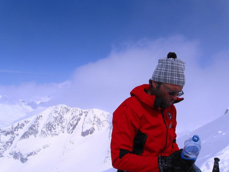 Foto: Andreas Koller / Ski Tour / Hintere Schwärze (3628m) - Topziel der Martin Busch Hütte / Kraft tanken beim Skidepot / 15.04.2008 19:10:42