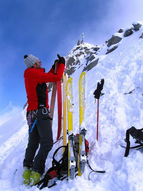 Foto: Andreas Koller / Ski Tour / Hintere Schwärze (3628m) - Topziel der Martin Busch Hütte / Beim Skidepot mit Blick auf das Gipfelkreuz / 15.04.2008 19:10:15