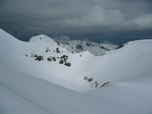 Foto: Manfred Karl / Ski Tour / Kahlersberg (2350m) / Leider verschlechtert sich das Wetter zusehends. Das kleine Schartl rechts mit dem Felszacken markiert die Einfahrt in den Nordosthang. / 18.04.2008 23:41:01
