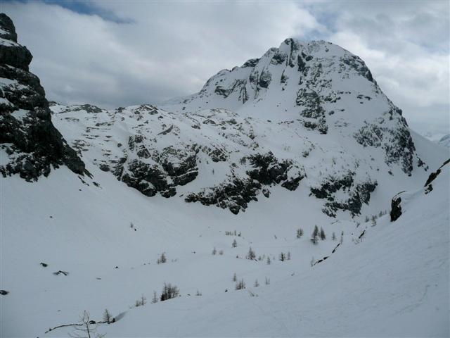 Foto: Manfred Karl / Ski Tour / Kahlersberg (2350m) / Rückblick zum Kahlersberg, neben dem Felsabbruch des Hochseeleinkopfes (links im Bild) führt die Abfahrt entlang. / 18.04.2008 23:36:36