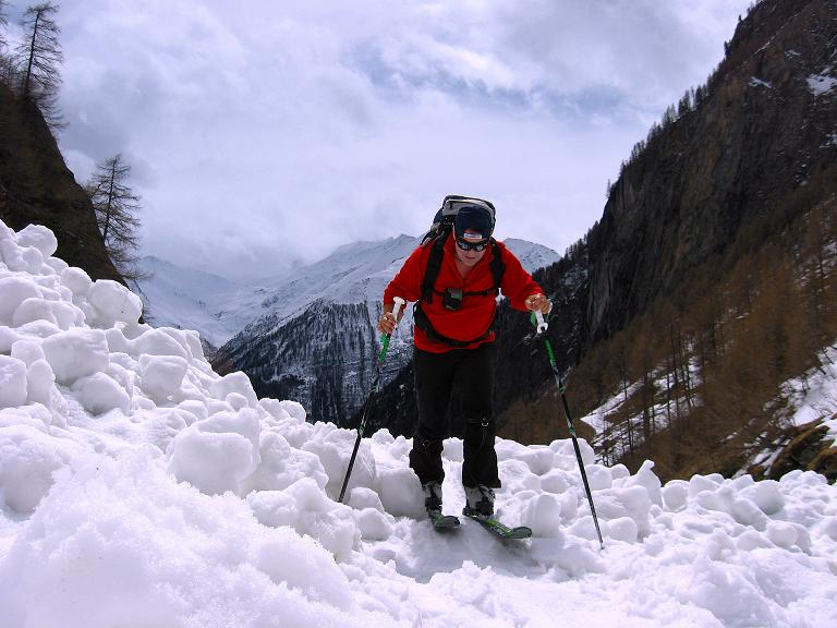 Foto: Andreas Koller / Ski Tour / Haute Route am Venediger (3674 m) / Anstieg über einen Lawinenkegel zur Johannishütte / 21.04.2008 15:23:13