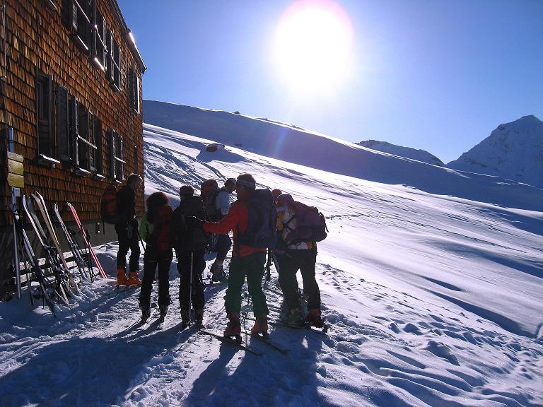 Foto: Andreas Koller / Ski Tour / Haute Route am Venediger (3674 m) / Letzte Vorbereitungen beim Defregger Haus / 21.04.2008 15:18:52