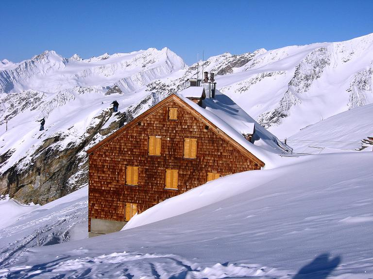 Foto: Andreas Koller / Ski Tour / Haute Route am Venediger (3674 m) / Das Defregger Haus im Sonnenglanz / 21.04.2008 15:18:15