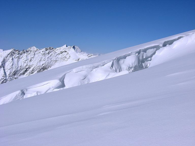 Foto: Andreas Koller / Ski Tour / Haute Route am Venediger (3674 m) / Über eine große Spalte blickt man nach W zu den Simonyspitzen (3488 m) und zur Dreiherrnspitze (3499 m) / 21.04.2008 15:13:13