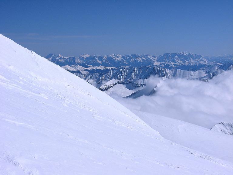 Foto: Andreas Koller / Ski Tour / Haute Route am Venediger (3674 m) / Weit reicht der Blick nach O zum Hochkönig (2943 m) und Dachstein (2996 m) sowie Watzmann (2713 m) / 21.04.2008 15:12:03