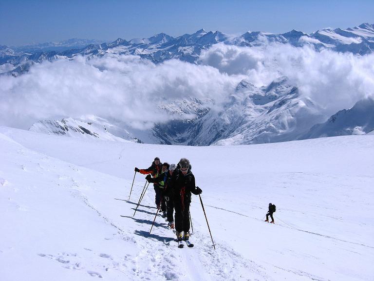 Foto: Andreas Koller / Ski Tour / Haute Route am Venediger (3674 m) / Letzter steiler Aufschwung zum Venediger-Gipfel mit Blick auf das Wiesbachhorn (3570 m) / 21.04.2008 15:11:11