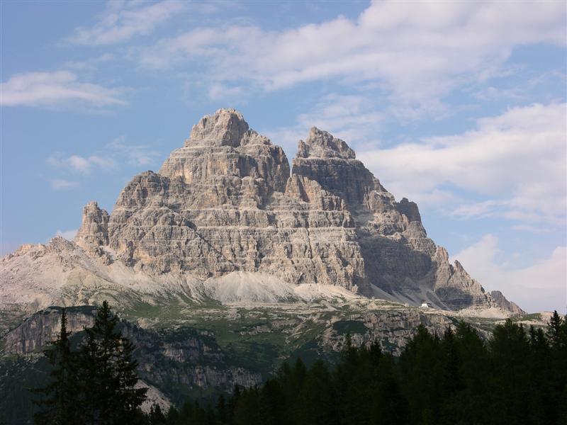 Foto: Bernhard Berger / Rad Tour / Mit dem Rennrad rund um die Sextener Dolomiten / Drei Zinnen - rechts das Rifugio Auronzo (2320m) / 22.04.2008 16:20:56