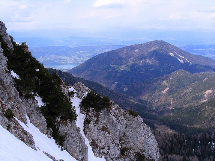 Foto: Andreas Koller / Wander Tour / Durch die Nordwandrinne auf den Geißberg / Kosiak (2024m) / Von der Rinne reicht der Blick nach N zum Wörthersee / 06.05.2008 00:59:17