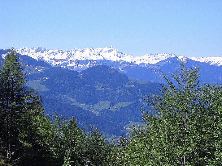 Foto: Andreas Koller / Wander Tour / Von Scheffau in das Schneekar (2121m) / Blick von der Wegscheid Hochalm auf die Tuxer Alpen / 16.05.2008 02:26:23