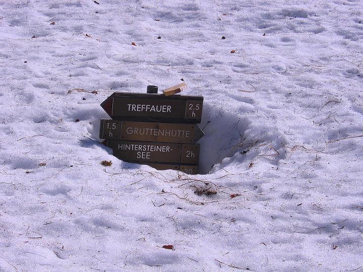 Foto: Andreas Koller / Wander Tour / Von Scheffau in das Schneekar (2121m) / Tief verschneiter Wegweiser / 16.05.2008 02:25:37