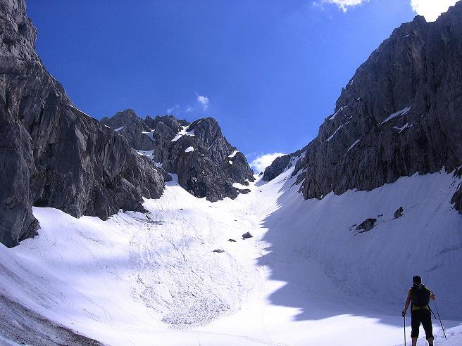 Foto: Andreas Koller / Wander Tour / Von Scheffau in das Schneekar (2121m) / Das eindrucksvolle Schneekar mit Treffauer Lucke / 16.05.2008 02:23:18