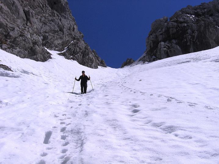 Foto: Andreas Koller / Wander Tour / Von Scheffau in das Schneekar (2121m) / Der steile Abstieg aus der Treffauer Lucke / 16.05.2008 02:18:09