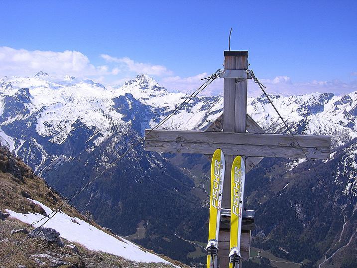 Foto: Andreas Koller / Ski Tour / Vom Zauchensee auf den Schwarzkopf (2263m) / Gipfelkreuz gegen Faulkogel (2653 m) / 16.05.2008 02:57:20