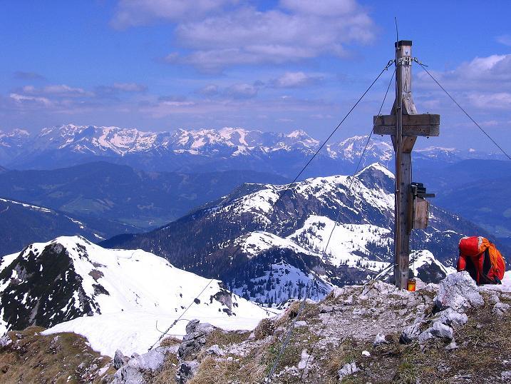 Foto: Andreas Koller / Ski Tour / Vom Zauchensee auf den Schwarzkopf (2263m) / Tennengebirge und Gipfelkreuz / 16.05.2008 02:56:03