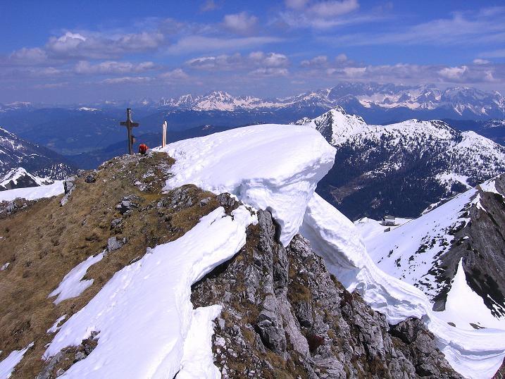 Foto: Andreas Koller / Ski Tour / Vom Zauchensee auf den Schwarzkopf (2263m) / Blick zum Gipfelkreuz und der Gipfelwechte / 16.05.2008 02:55:38