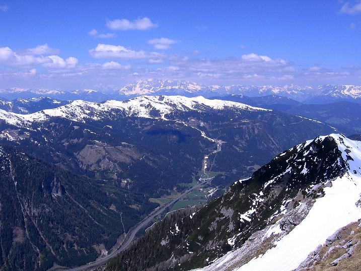 Foto: Andreas Koller / Ski Tour / Vom Zauchensee auf den Schwarzkopf (2263m) / Tauernautobahn im Tal, Hochkönig (2943 m) im Hintergrund / 16.05.2008 02:54:20