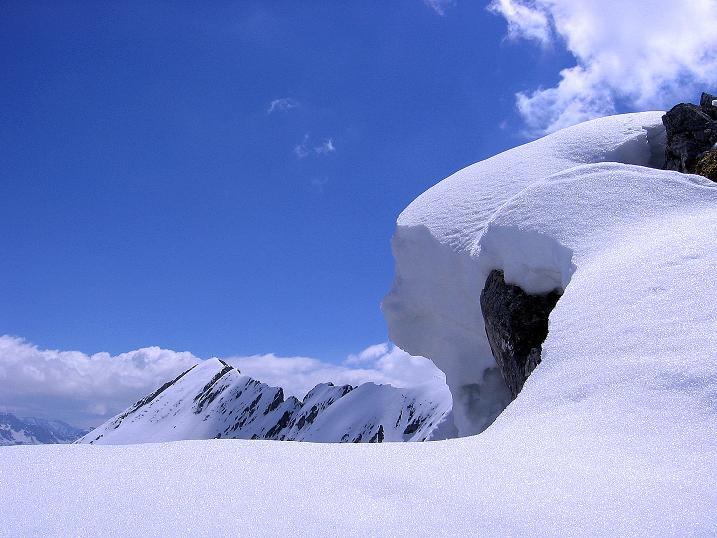Foto: Andreas Koller / Ski Tour / Vom Zauchensee auf den Schwarzkopf (2263m) / Über der Gipfelwechte schaut die Steinfeldspitze (2344 m) hervor / 16.05.2008 02:53:32