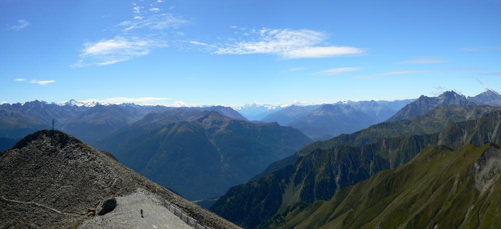 Foto: vince 51 / Wander Tour / Von Serfaus auf den Pezid / Blick nach Süden, über dem Taleinschnitt im Hintergrund die Ortlergruppe / 16.05.2008 22:46:27