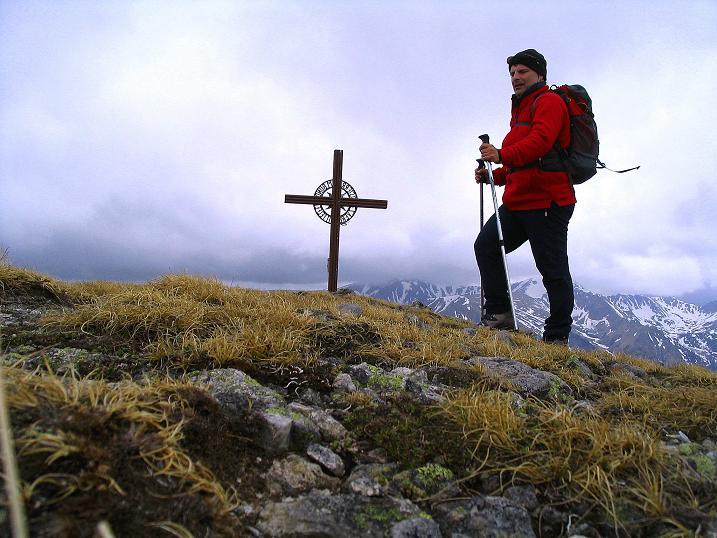 Foto: Andreas Koller / Wander Tour / Durch den Brandstätter Graben auf den Maierangerkogel (2356m) / Das Gipfelkreuz am Brandstätterkogel zum Greifen nahe / 20.05.2008 00:33:39
