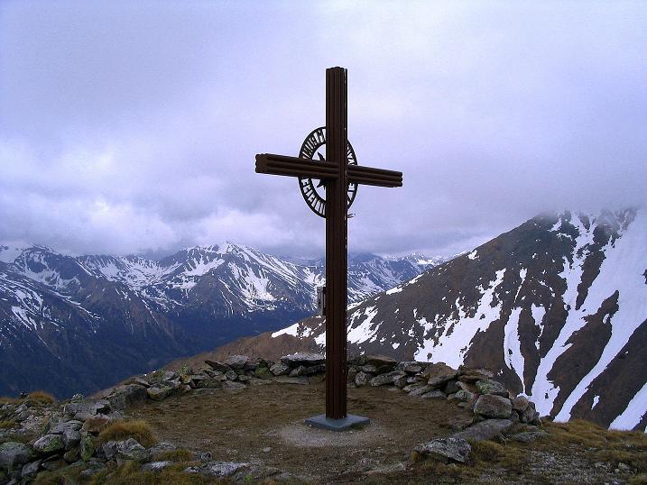Foto: Andreas Koller / Wander Tour / Durch den Brandstätter Graben auf den Maierangerkogel (2356m) / Gipfelkreuz mit Blick nach SW / 20.05.2008 00:33:15
