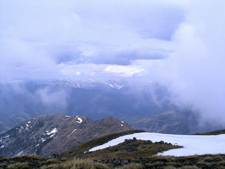 Foto: Andreas Koller / Wander Tour / Durch den Brandstätter Graben auf den Maierangerkogel (2356m) / Kurz gibt der Nebel den Blick nach N frei. / 20.05.2008 00:28:50