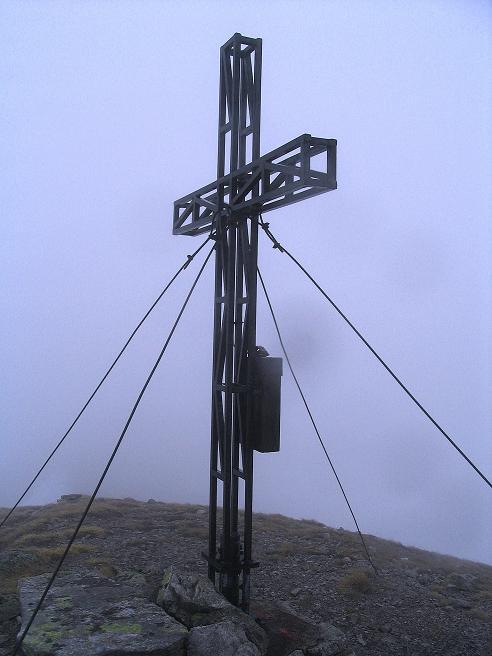 Foto: Andreas Koller / Wander Tour / Durch den Brandstätter Graben auf den Maierangerkogel (2356m) / Nochmals das Gipfelkreuz am Maierangerkogel / 20.05.2008 00:27:31