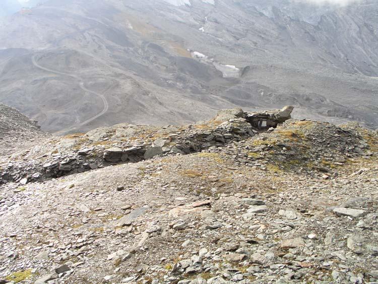 Foto: vince 51 / Wander Tour / Leichter Wander 3000er / Schützengraben mit Bunkerrest / 21.05.2008 22:36:17