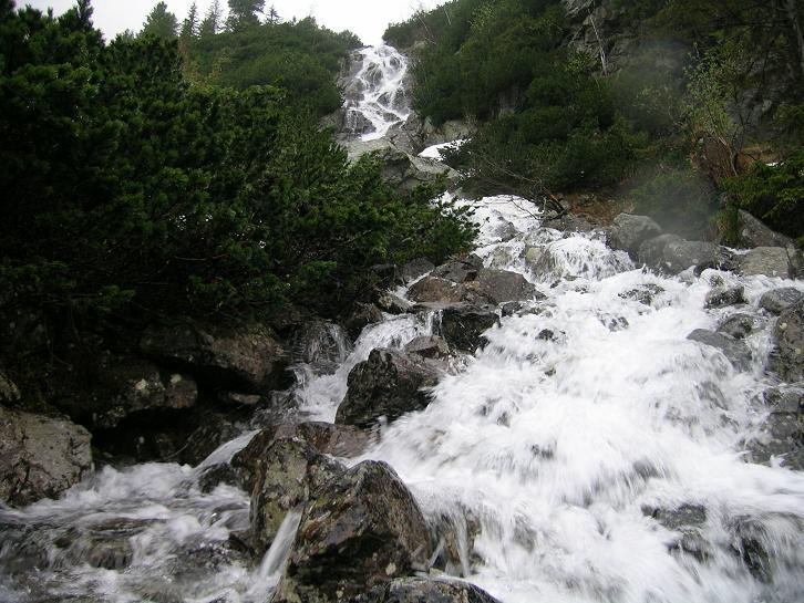 Foto: Andreas Koller / Wander Tour / Über den Morskie Oko zum Fuß des Rysy (1583 m) / Wasserfall am W-Ufer des Morskie Oko / 26.05.2008 17:49:28
