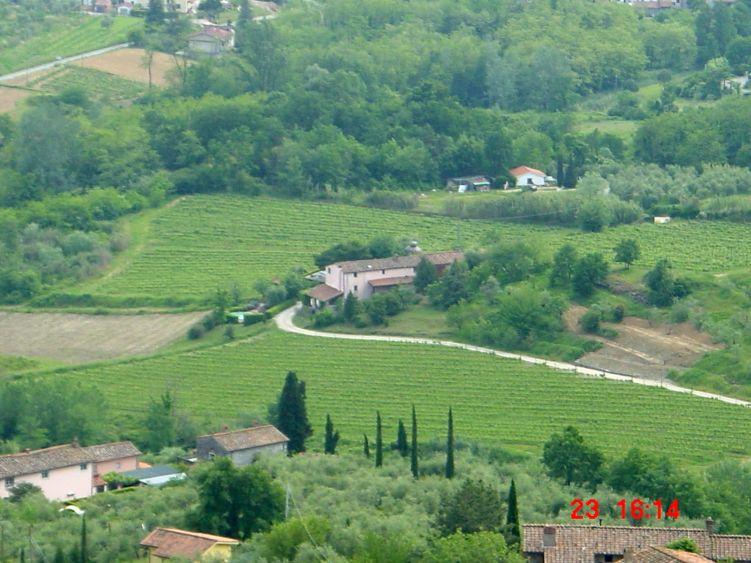 Foto: Manfred Karl / Mountainbike Tour / Von Marlia nach Valgiano / Blick hinunter nach Nardinello, von links kommt der Feldweg herauf. Der Rückweg nach Marlia geht am Haus vorbei nach rechts (Straße nicht sichtbar). / 27.05.2008 20:12:52