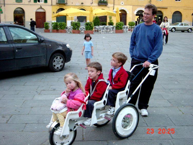Foto: Manfred Karl / Mountainbike Tour / Von Marlia nach Valgiano / Auch eine Fortbewegungsmöglichkeit - gesehen auf einem der schönen Stadtplätze in Lucca. / 27.05.2008 20:06:32