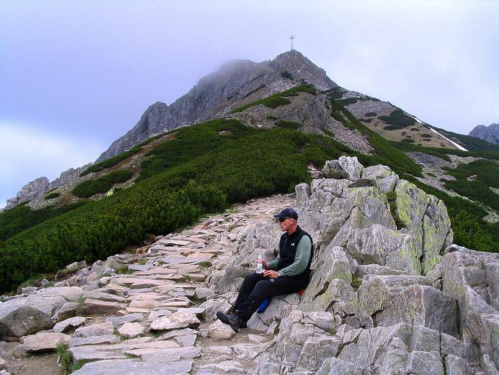 Foto: Andreas Koller / Wander Tour / Dolina Matej Laki und Malolaczniak (2096 m) / Rast am Przelecz Kondracka mit Blick auf das große Kreuz am Giewont (1895 m) / 29.05.2008 01:40:41